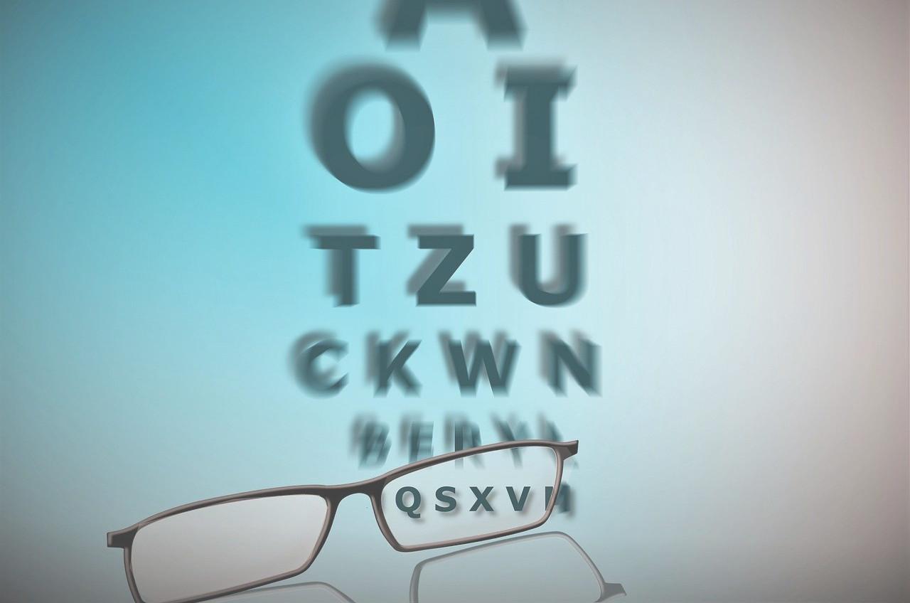 Brille und Buchstabentafel