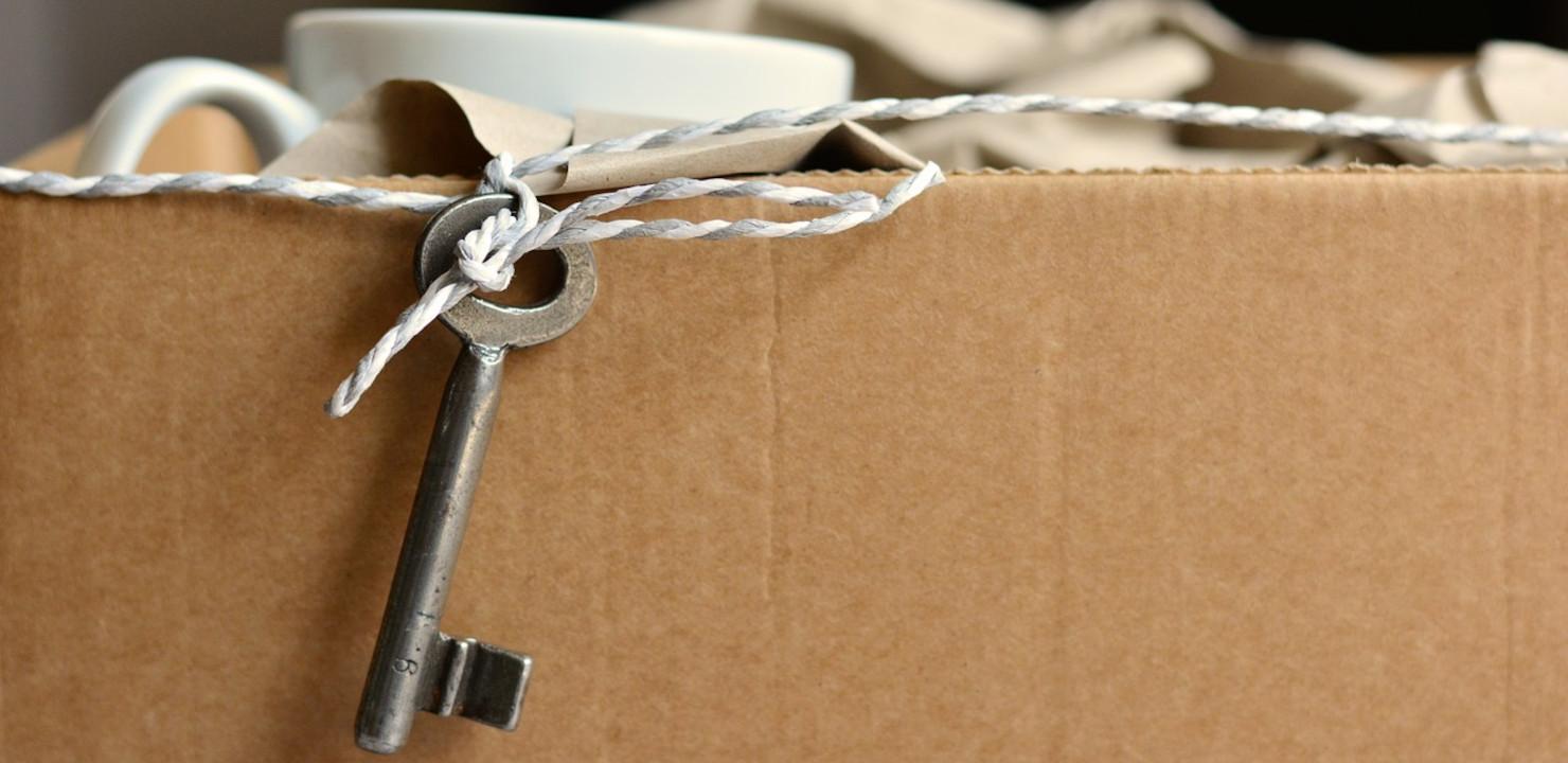 Umzugskarton und Schlüssel